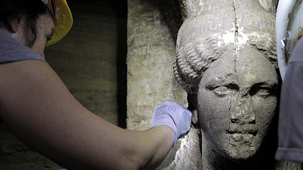 Голова одной из кариатид, обнаруженных у входа во вторую камеру гробницы. Фото с сайта═amfipolis.com