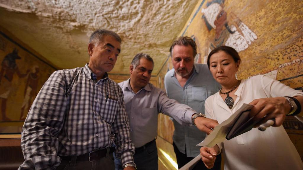 Японский геофизик Хирокацу Ватанабэ, министр Мамдух Эль-Дамати, археолог Николас Ривз и физик Умико Уэно в гробнице Тутанхамона. Фото: Brando Quilici / National Geographic