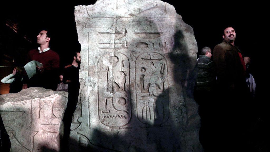 Иероглифы на постаменте статуи. Фото: AP