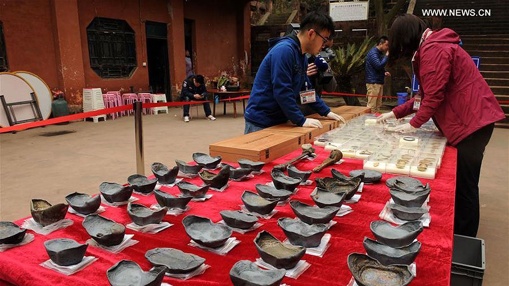 Серебряные слитки из сокровищ Чжан Сяньчжуна, найденных в реке Миньцзян. Фото: Xinhua / Li He