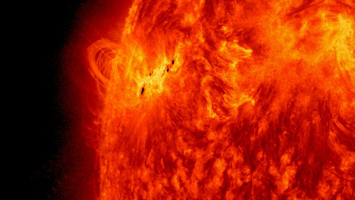 Неизвестная сила выталкивает вещество в атмосферу Антареса, но и с Солнцем всё не так просто.