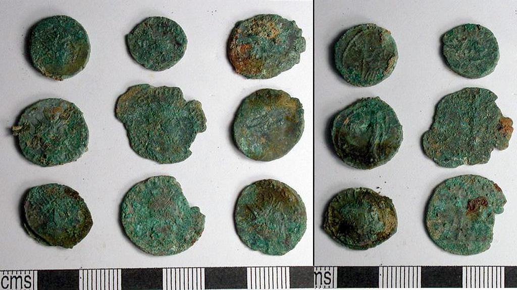 Несколько древнеримских монет из клада, найденного в графстве Корнуолл. Фото с сайта cornwalllive.com