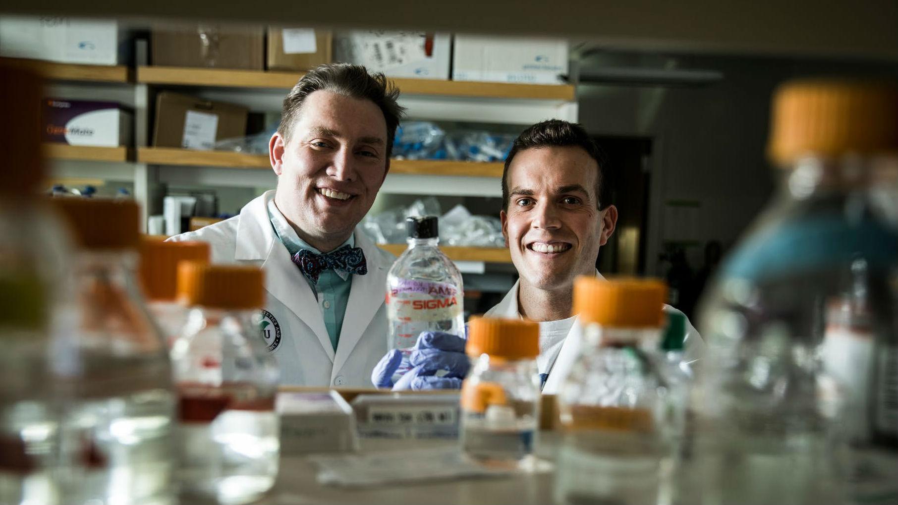 Профессор Джеффри Тессем и аспирант Томми Роули.