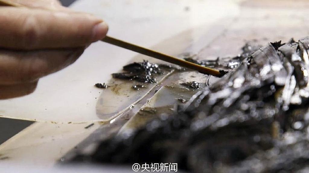 Работа по консервации бамбуковых дощечек из гробницы Хуаньхоу. Фото: Official Weibo account of CCTV