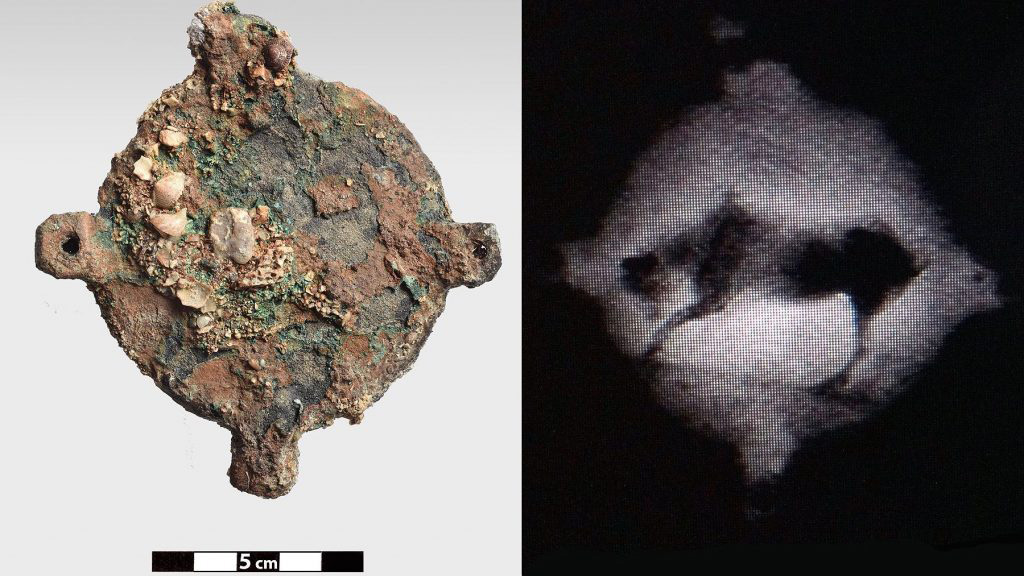 Бронзовый диск, поднятый с Антикитерского корабля, и его первый рентгеновский снимок. Фото: Brett Seymour/EUA/ARGO