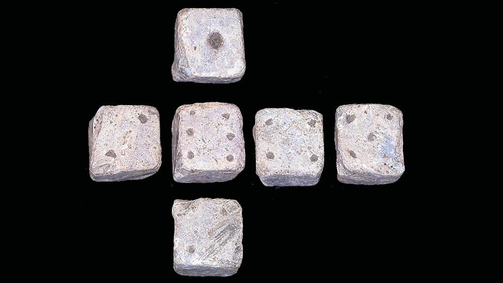 Древнеримская свинцовая игральная кость с маркировкой в виде точек, найденная археологом-любителем в Великобритании. Фото: The Portable Antiquities Scheme / Wikimedia Commons