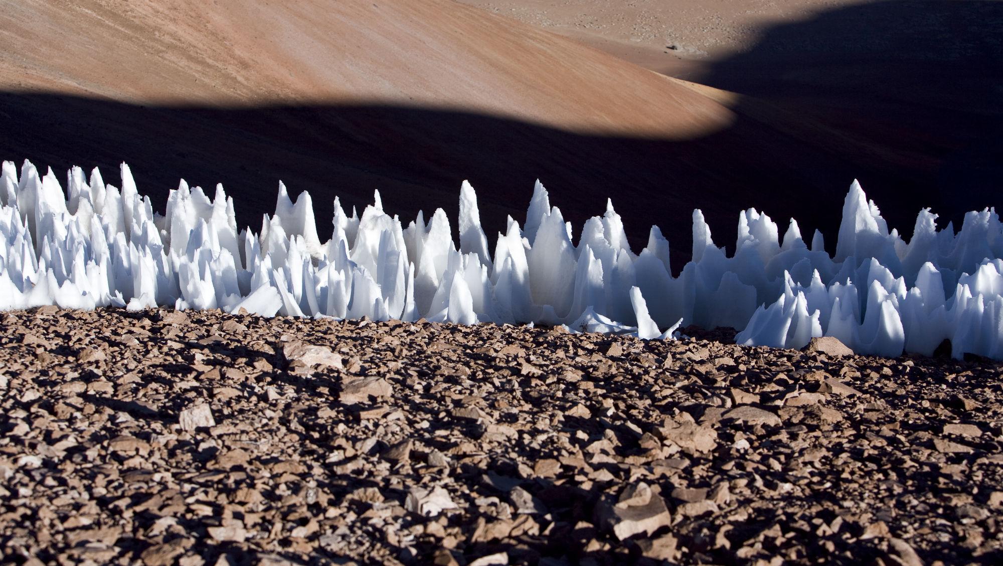 Ледяные образования на южной оконечности равнины Чайнантор в Чили.