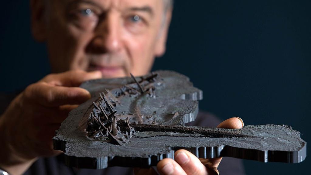 Профессор Джон Адамс показывает трехмерную модель 2500-летнего греческого судна, созданную по данным с ТПА. Фото: PA