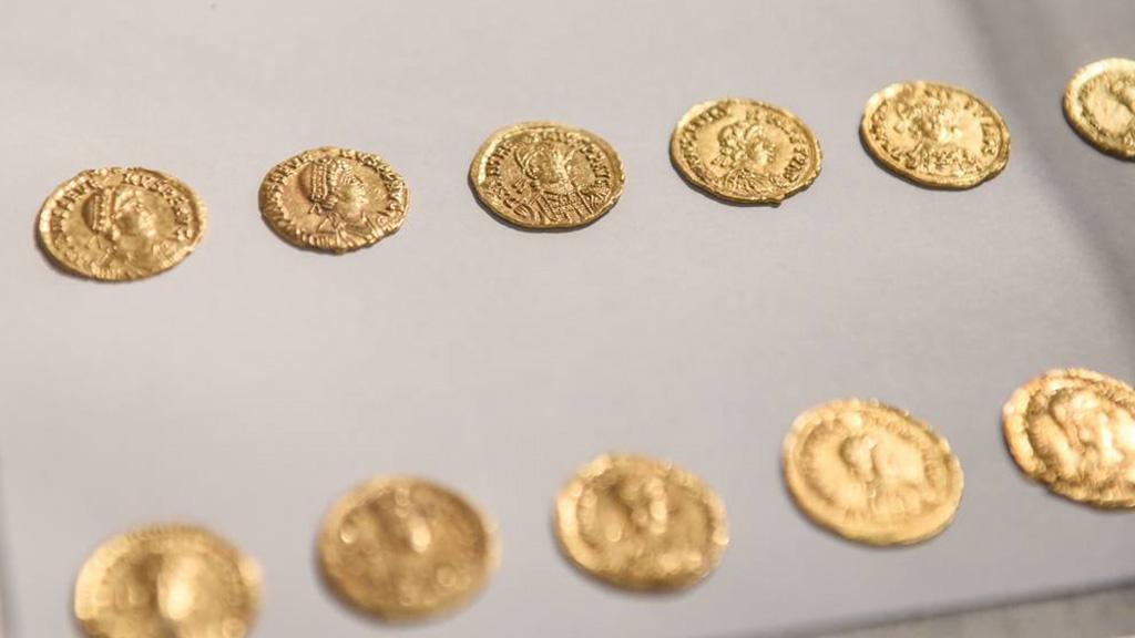 Несколько из 27 монет, извлеченных из амфоры. Фото: LaPresse