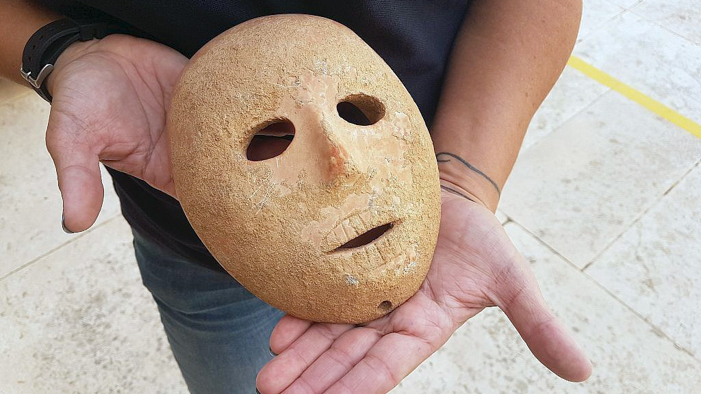 Каменная маска из Пней Хевер. Фото: ААР
