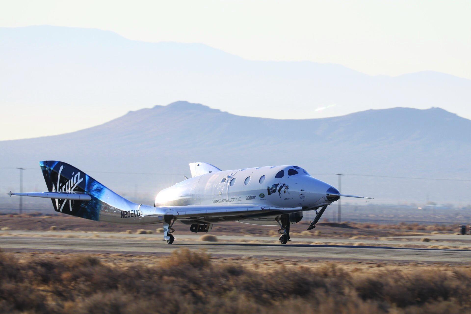 Космический корабль пересёк условную границу атмосферы и благополучно вернулся на Землю.