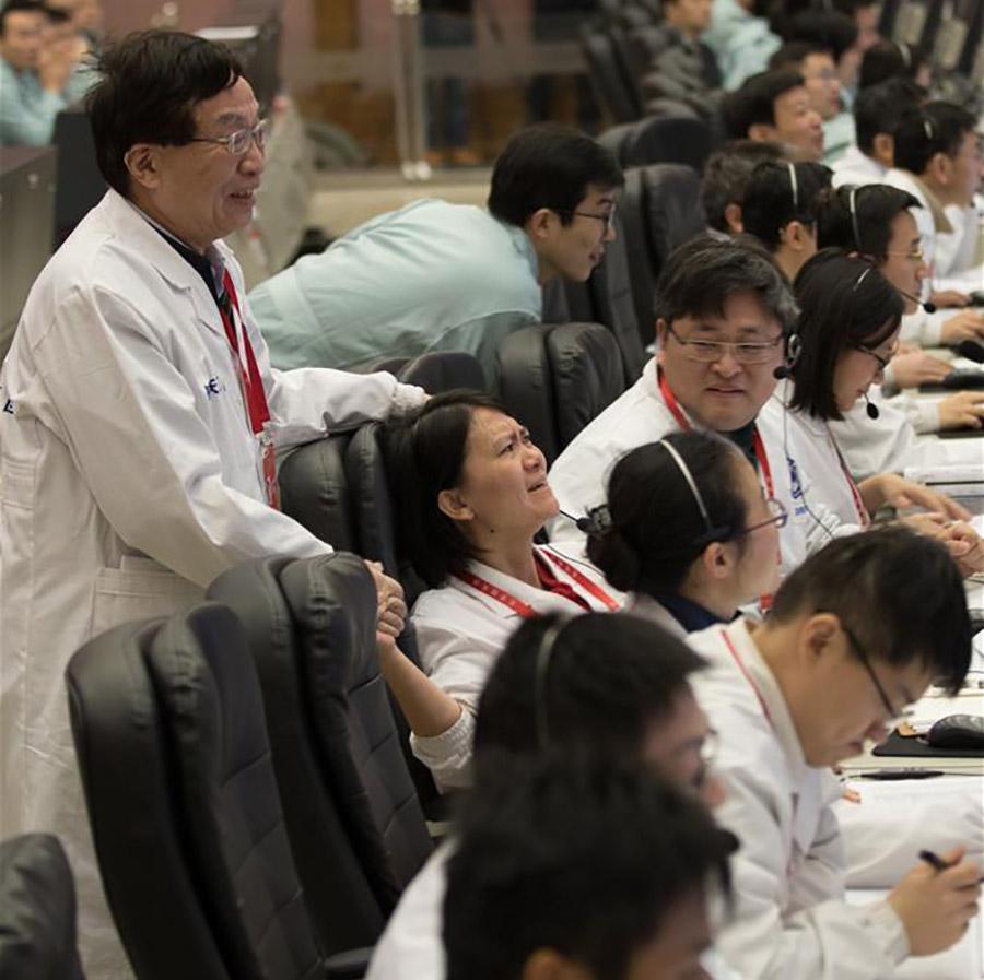 """Китайские специалисты радуются после успешной посадки """"Чанъэ-4"""" на поверхность Луны."""