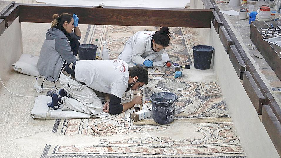 Реставрация мозаичного пола IV века в базилике Рождества. Фото: Thomas Coex