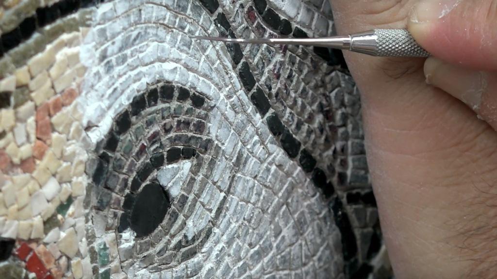 Реставрация одного из мозаичных фрагментов. Фото: piacenti.org