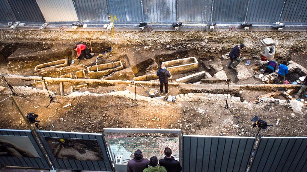 Саркофаги, найденные под Госпосветской цестой. Фото: Matija Lukič