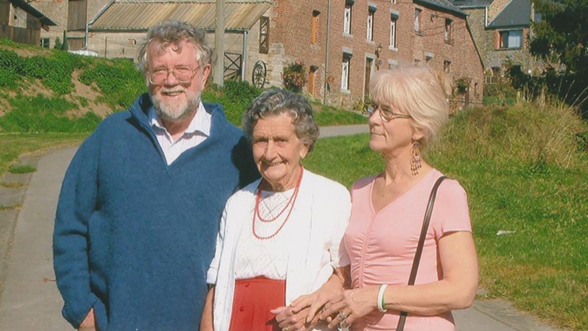 Джо Кэмерон (справа), её мама и муж.