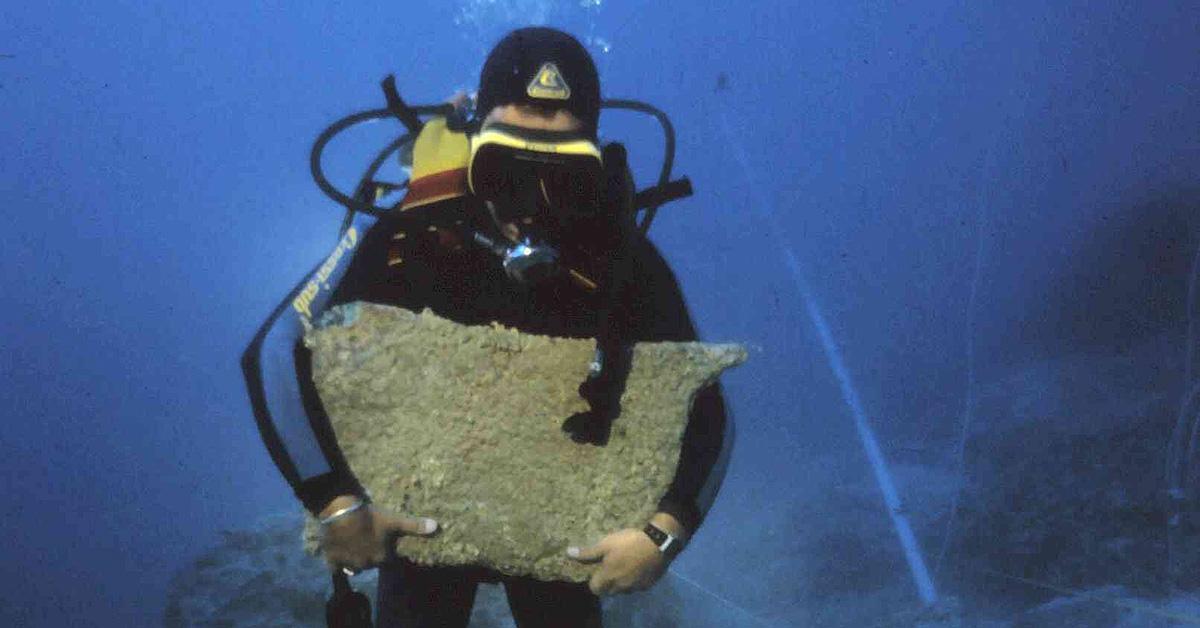 Подъем слитка с Улу-бурунского корабля. Фото с сайта maritimehistorypodcast.com