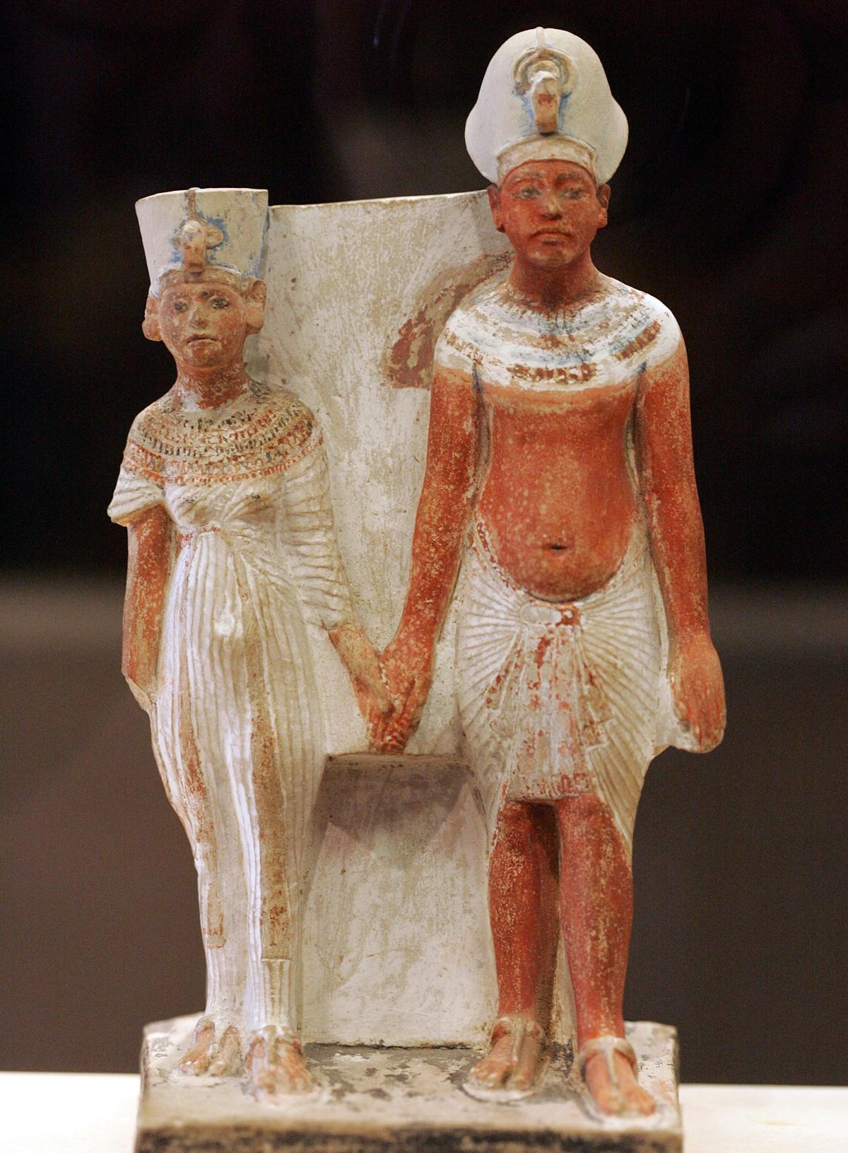 Известняковая статуэтка юных Нефертити и Эхнатона (примерно 1345 год до нашей эры). Лувр.