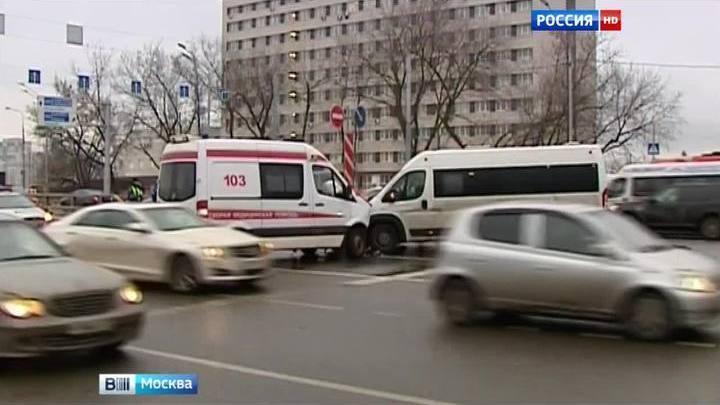 В Москве маршрутка врезалась в скорую помощь, которая везла женщину в роддом