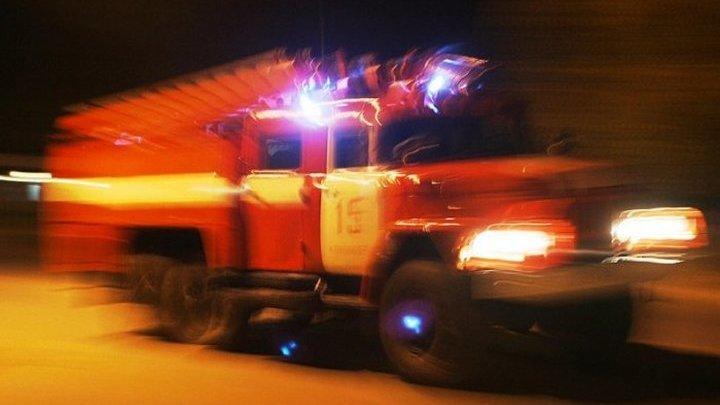Бытовки и 10 автомобилей загорелись в автосервисе на юге Москвы