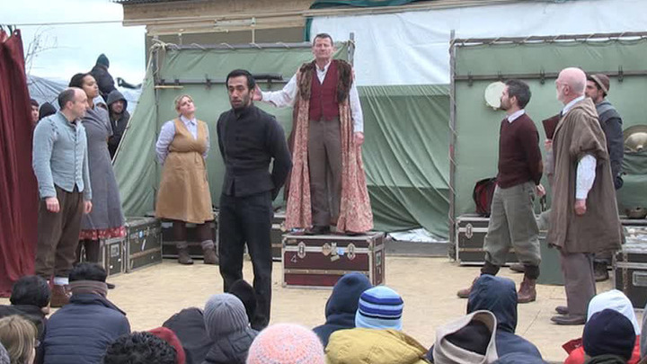"""Британский театр показал """"Гамлета"""" беженцам из """"Джунглей"""""""