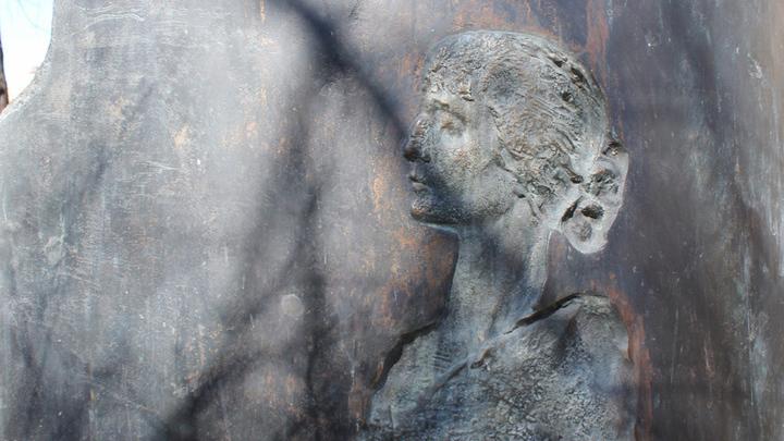 В саду Шереметьевского дворца: «силуэт» Ахматовой  скульптора Славы Бухаева.