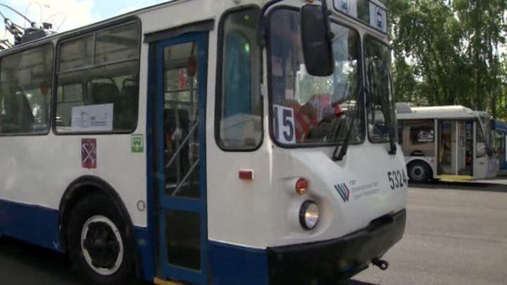 В Петербурге водители троллейбусов показали фигурное катание