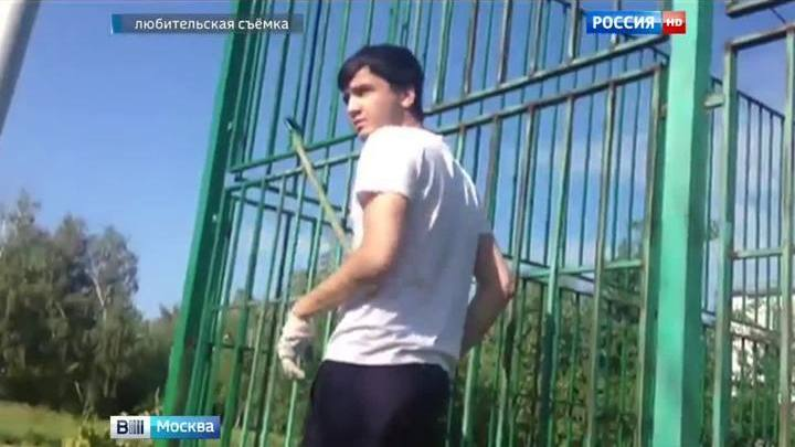 "Участник ""золотых гонок"" Абдувахоб Маджидов красит детскую площадку"