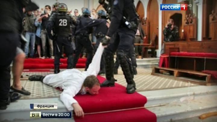 Во Франции верующие не дают снести церковь