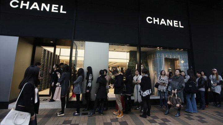 Модный дом Chanel ограничил продажу культовых моделей сумок