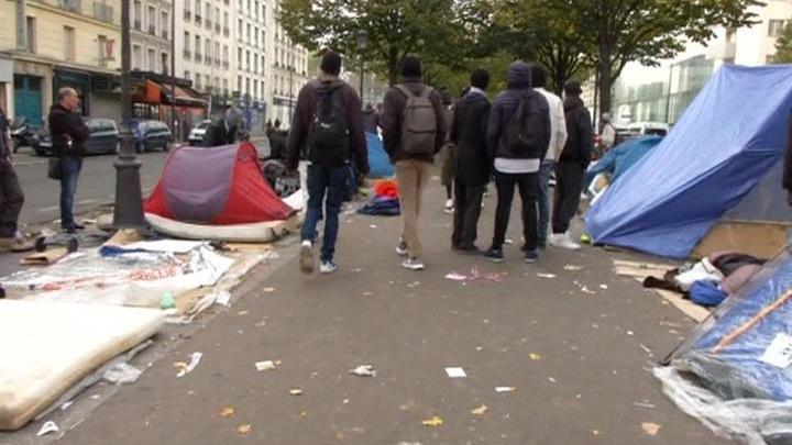 Выдворенные из Кале мигранты захватили три округа Парижа