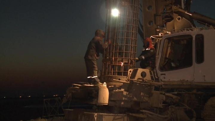 Строители погрузили сваи на первом участке возведения Крымского моста