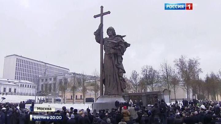 Путин назвал памятник Владимиру данью уважения выдающемуся предку