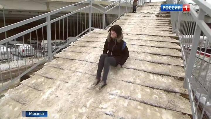 """Пешеходный мост на платформе """"ЗИЛ"""" превратился в опасный для жизни каток"""