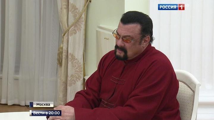Я чувствую себя русским: Стивен Сигал получил российский паспорт из рук президента