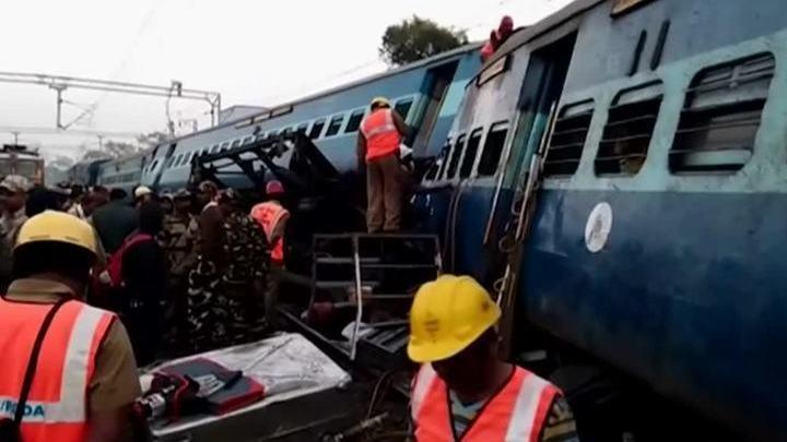 Крушение поезда в Индии: погибших уже 36