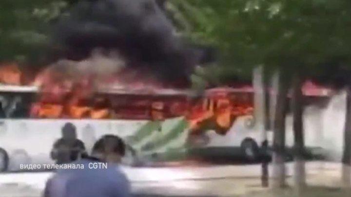 В пригороде Пекина сгорели сразу 12 туристических автобусов