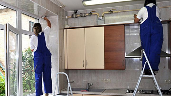 Уборка квартиры с помощью работников сервисной компании.