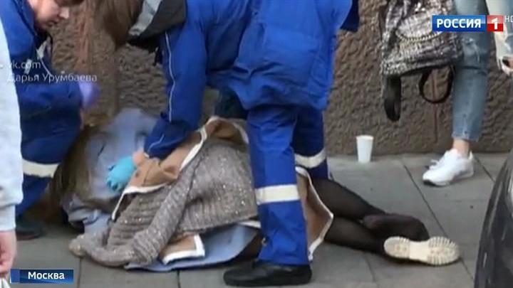 Водитель сбил девушку на тротуаре и набросился на пострадавшую. Видео