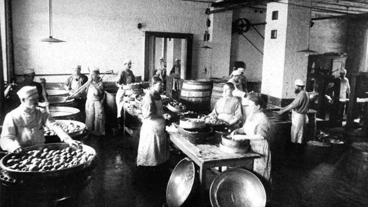 Изготовление глазурованных фруктов на фабрике товарищества. Фото конца XIX века.