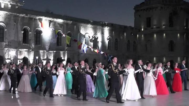 В Севастополе День России отметили офицерским балом и возложением венков