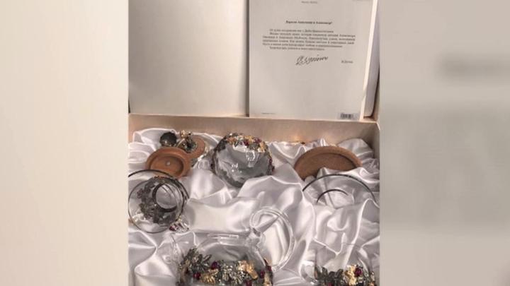 Свадебный подарок от Путина: Овечкин и Шубская получили чайный сервиз