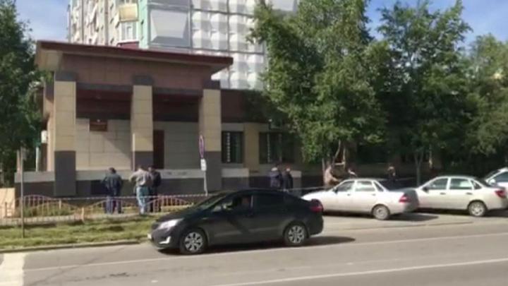 Резня в Сургуте: преступник в маске бил прохожих ножом в живот и шею