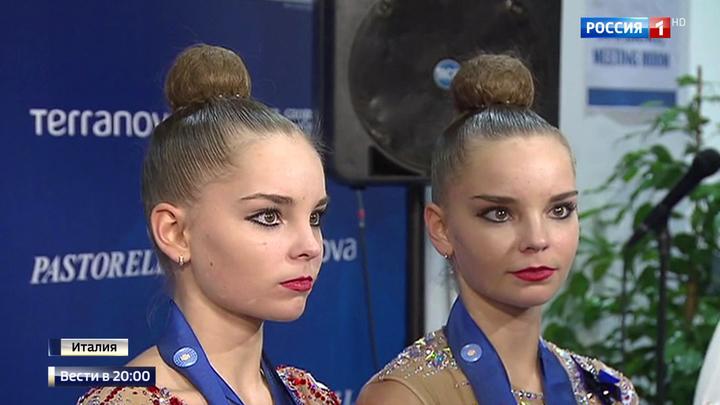 kak-pereodevayutsya-gimnastki-video-devki-trahayut-popi-foto