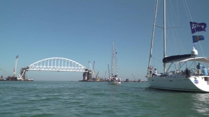 Под аркой Крымского моста прошла парусная регата