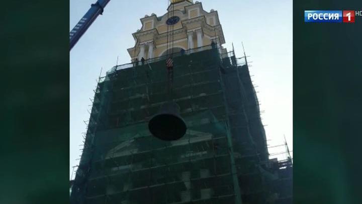 На колокольню Новоспасского монастыря подняли 16-тонный колокол