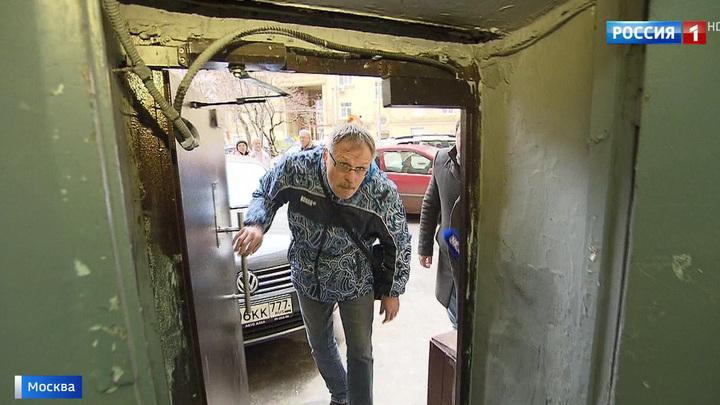 Пройти и не удариться: в московской многоэтажке установили двери для лилипутов