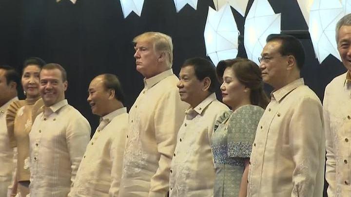 Гости саммита АСЕАН в Маниле облачились в национальные рубашки