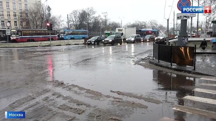 Реки на дорогах, туман и дождь со снегом: столица во власти непогоды