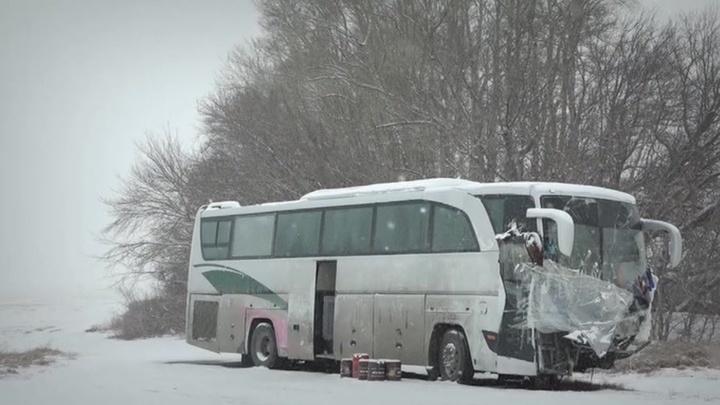 Водители автобуса уже неделю живут на месте ДТП